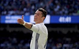 Pemain Real Madrid Cristiano Ronaldo bereaksi selama pertandingan di Estadio Santiago Bernabeu, Minggu (2/4/2017) malam WIB. (REUTERS/Sergio Perez)