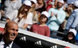 Pelatih Real Madrid Zinedine Zidane melihat sekitar lapangan sebelum pertandingan di Estadio Santiago Bernabeu, Minggu (2/4/2017) malam WIB. (REUTERS/Sergio Perez)