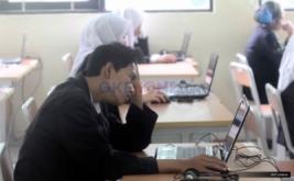 <p>  Sejumlah siswa mengikuti pelaksanaan Ujian Nasional Berbasis Komputer (UNBK) mata pelajaran Bahasa Indonesia di SMKN 18, Jakarta, Senin (3/4/2017).</p>