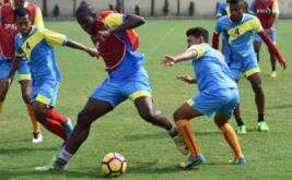 Sejumlah pesepakbola Bhayangkara FC berlatih di Lapangan Mapolda Jawa Timur, Surabaya, Selasa (4/4/2017). Tim milik Polri yang bermarkas di Surabaya tersebut akan pindah menuju Stadion Patriot Bekasi untuk mengikuti kompetisi sepakbola Gojek Traveloka Liga 1/2017.