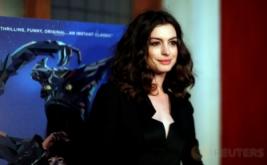Anne Hathaway Tampil Cantik dengan Busana Serbahitam
