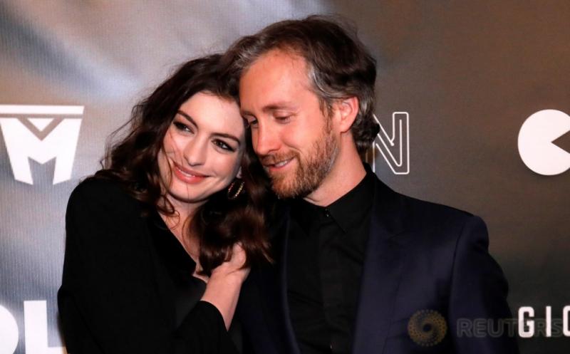 Bikin Iri, Kemesraan Aktris Anne Hathaway Bersama Suami