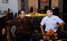 <p>  Chairman & CEO MNC Group Hary Tanoesoedibjo (kanan) berbincang dengan Rektor UIGM Marzuki Alie di Universitas Indo Global Mandiri (UIGM), Palembang, Sumatera Selatan, Rabu (5/4/2017).</p>