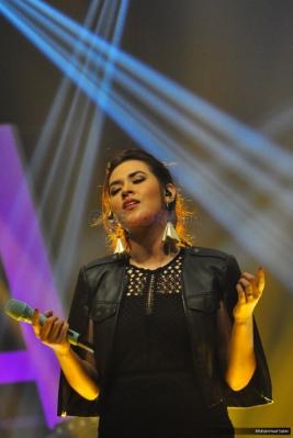 Raisa Bawakan Single Lagu Isyana, Isyanation Kompak Nyanyi Bareng