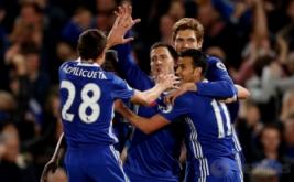 Pemain Chelsea Eden Hazard (tengah) melakukan selebrasi dengan rekan setimnya pada lanjutan Liga Premier Inggris 2016-2017 di Stamford Bridge, Kamis (6/4/2017) dini hari WIB. Pertandingan tersebut berlangsung sengit. The Blues berhasil memenangkan pertandingan dengan skor tipis 2-1 atas Manchester City. (Reuters / John Sibley)