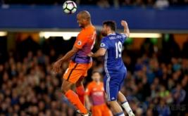 Aksi pemain Man City Vincent Kompany (kiri) berebut bola dengan pemain Chelsea Diego Costa pada lanjutan Liga Premier Inggris 2016-2017 di Stamford Bridge, Kamis (6/4/2017) dini hari WIB. (Reuters / John Sibley)
