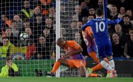 Pemain Chelsea Eden Hazard (kanan) mencetak gol pertamanya ke gawang Man City pada lanjutan Liga Premier Inggris 2016-2017 di Stamford Bridge, Kamis (6/4/2017) dini hari WIB. (Reuters / Toby Melville)