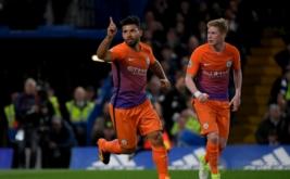 Pemain Man City Sergio Aguero (kiri) melakukan selebrasi seusai mencetak gol ke gawang Chelsea pada lanjutan Liga Premier Inggris 2016-2017 di Stamford Bridge, Kamis (6/4/2017) dini hari WIB. (Reuters / Toby Melville)