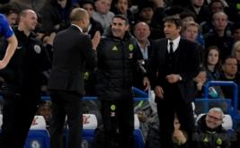 Pelatih Man City Pep Guardiola tengah berbicara dengan pelatih Chelsea Antonio Conte pada lanjutan Liga Premier Inggris 2016-2017 di Stamford Bridge, Kamis (6/4/2017) dini hari WIB. (Reuters / Toby Melville)