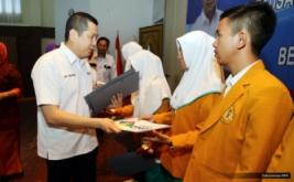 <p>  Chairman & CEO MNC Group Hary Tanoesoedibjo menyerahkan dana pendidikan kepada mahasiswa usai memberikan kuliah umum di Politeknik Kesehatan (Poltekkes) Kemenkes Bengkulu, Kamis (6/4/2017).</p>