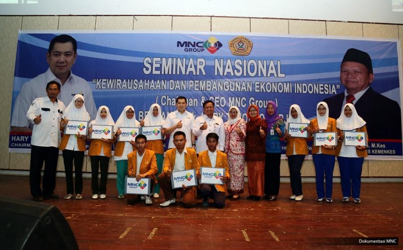 Hary Tanoe Serahkan Dana Pendidikan untuk 10 Mahasiswa Poltekkes Kemenkes Bengkulu