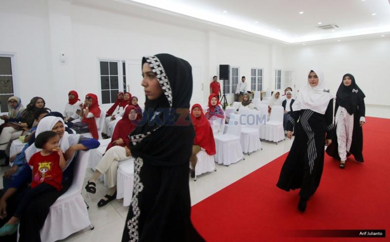 Lenggak-lenggok Model pada Seminar Fashion Islami DPP Perindo