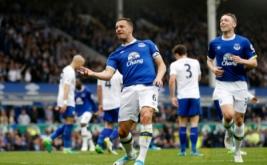 Pemain Everton Phil Jagielka (kiri depan) melakukan selebrasi seusai mencetak gol ke gawang Leicester City pada laga lanjutan Liga Inggris 2016-2017 di Goodison Park, Inggris, Minggu (9/4/2017) malam WIB. Everton sukses meraih kemenangan atas Leicester City dengan skor 4-2. (Reuters / Carl Recine)