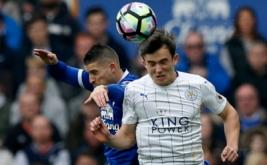 Aksi pemain Everton Kevin Mirallas (kiri) berebut bola dengan pemain Leicester City Ben Chiwell pada laga lanjutan Liga Inggris 2016-2017 di Goodison Park, Inggris, Minggu (9/4/2017) malam WIB. (Reuters / Andrew Yates)