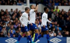 Pemain Leicester City Islam Slimani melakukan selebrasi dengan rekan setimnya seusai mencetak gol ke gawang Everton pada laga lanjutan Liga Inggris 2016-2017 di Goodison Park, Inggris, Minggu (9/4/2017) malam WIB. (Reuters / Andrew Yates)