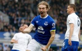 Pemain Everton Tom Davies melakukan selebrasi seusai mencetak gol ke gawang Leicester City pada laga lanjutan Liga Inggris 2016-2017 di Goodison Park, Inggris, Minggu (9/4/2017) malam WIB. (Reuters / Carl Recine)