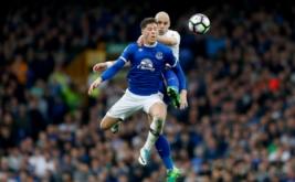 Aksi pemain Everton Ross Barkley berebut bola di udara dengan pemain Leicester City Yohan Benalouane pada laga lanjutan Liga Inggris 2016-2017 di Goodison Park, Inggris, Minggu (9/4/2017) malam WIB. (Reuters / Carl Recine)