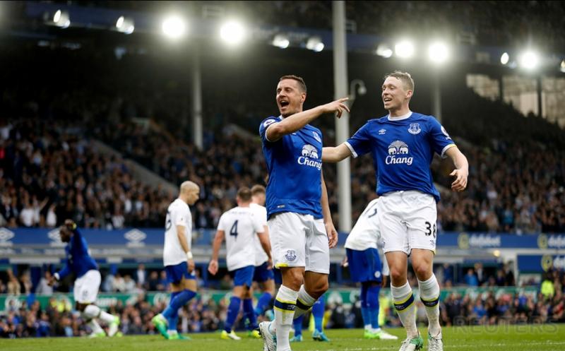 Pemain Everton Phil Jagielka melakukan selebrasi usai mencetak gol ke gawang Leicester City pada laga lanjutan Liga Inggris 2016-2017 di Goodison Park, Inggris, Minggu (9/4/2017) malam WIB. (Reuters / Carl Recine)