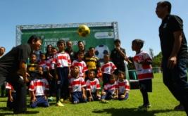 Ketua Dewan Kehormatan PSSI Agum Gumelar (kiri) disaksikan President Direktur PT Angkasa Pura II Muhammad Awaluddin (kanan) bermain bola bersama seorang anak peserta Indonesia Junior League seusai membuka liga tersebut di kawasan Bandara Soekarno Hatta, Tangerang, Banten, Minggu (9/4/2017). Kompetisi diikuti oleh 30 tim Sekolah Sepak Bola (SSB) se-Jabodetabek yang dibagi dalam dua katagori umur 11 tahun dan umur 9 tahun yang digelar hingga September mendatang yang bertujuan untuk mencari bibit pesepakbola muda.