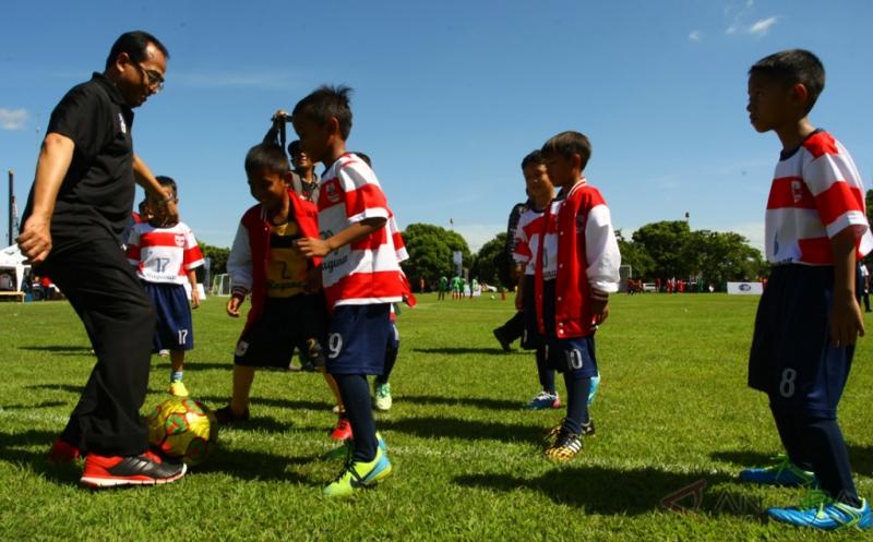 Menteri Perhubungan Budi Karya Sumadi bermain sepakbola bersama salah satu tim peserta Indonesia Junior League seusai membuka liga tersebut di kawasan Bandara Soekarno Hatta, Tangerang, Banten, Minggu (9/4/2017). Kompetisi diikuti oleh 30 tim Sekolah Sepak Bola (SSB) se-Jabodetabek yang dibagi dalam dua katagori umur 11 tahun dan umur 9 tahun yang digelar hingga September mendatang yang bertujuan untuk mencari bibit pesepakbola muda.
