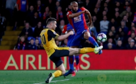 Aksi pemain Crystal Palace (kanan atas) Andros Townsend berebut bola dengan pemain Arsenal Shkodran Mustafi pada laga lanjutan Liga Premier 2016-2017 di Shelhurst Park, Inggris, Selasa (11/4/2017) dini hari WIB. (Reuters / Stefan Wermuth)