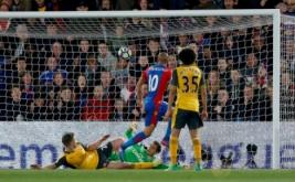 Pemain Crystal Palace Andros Townsend (dua kanan) mencetak gol ke gawang arsenal pada laga lanjutan Liga Premier 2016-2017 di Shelhurst Park, Inggris, Selasa (11/4/2017) dini hari WIB. (Reuters / Matthew Childs)