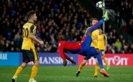 Pemain Crystal Palace Christian Benteke menedang bola di udara pada laga lanjutan Liga Premier 2016-2017 di Shelhurst Park, Inggris, Selasa (11/4/2017) dini hari WIB. (Reuters / Matthew Childs)