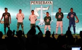 Pesepak bola Persebaya Surabaya menunjukkan kostum (jersey) untuk laga kandang dan tandang (home dan away jersey) saat peluncuran kostum Persebaya Surabaya di DBL Arena, Surabaya, Jawa Timur, Senin (10/4/2017). Persebaya Surabaya memperkenalkan kostum yang digunakan untuk kompetisi Liga 2.