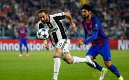 Aksi pemain Juventus Gonzalo Higuain (kiri) berebut bola dengan pemain Barcelona Andre Gomes pada laga leg pertama perempatfinal Liga Champions 2016-2017 di J-Stadium, Italia, Rabu (12/4/2017) dini hari WIB. (Reuters/Stefano Rellandini)