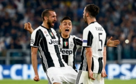 Selebrasi pemain Juventus Giorgio Chiellini (kiri) dengan rekan setimnya Paulo Dybala (tengah) dan Miralem Pjanic pada laga leg pertama perempatfinal Liga Champions 2016-2017 di J-Stadium, Italia, Rabu (12/4/2017) dini hari WIB. (Reuters/Stefano Rellandini)