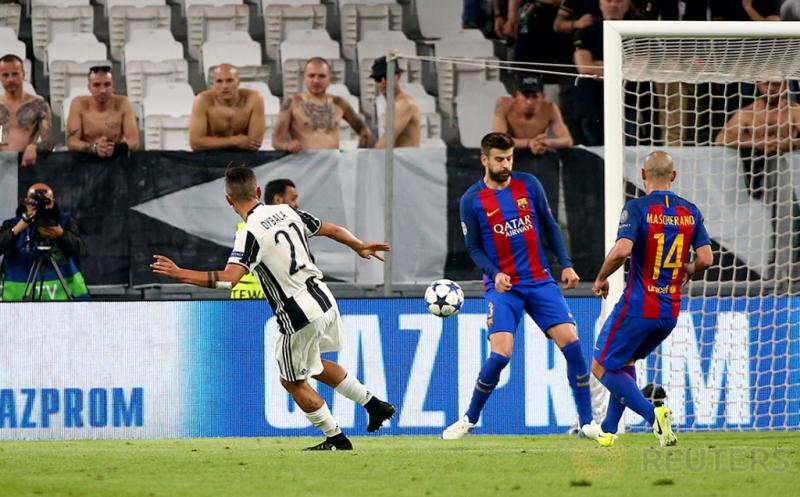 Pemain Juventus Paulo Dybala (kiri) mencetak gol ke gawang Barcelona pada laga leg pertama perempatfinal Liga Champions 2016-2017 di J-Stadium, Italia, Rabu (12/4/2017) dini hari WIB. (Reuters/Alessandro Bianchi)