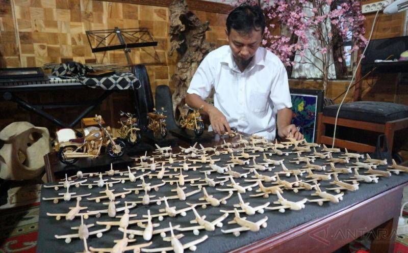 Miniatur Pesawat Terbang Berbahan Kayu Jati Ini Dijual Rp15 Ribu per Pesawat