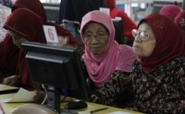 <p>  Sejumlah lansia mengikuti pelatihan penggunaan teknologi komputer dan internet sehat di Surabaya, Jawa Timur, Rabu (12/4/2017).</p>