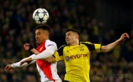 Aksi pemain Borussia Dortmund Raphael Guerreiro berebut bola di udara dengan pemain AS Monaco Nabil Dirar pada leg pertama babak perempat-final Liga Champions musim ini di Signal Iduna Park, Jerman, Kamis (13/4/2017) dini hari WIB. (Reuters/Kai Pfaffenbach)