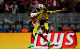 Aksi pemain Borussia Dortmund Matthias Ginter berebut bola dengan pemain AS Monaci Thomas Lemar pada leg pertama babak perempat-final Liga Champions musim ini di Signal Iduna Park, Jerman, Kamis (13/4/2017) dini hari WIB. (Reuters/Kai Pfaffenbach)