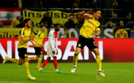 Selebrasi pemain Borussia Dortmund Shinji Kagawa seusai mencetak gol ke gawang AS Monaco pada leg pertama babak perempat-final Liga Champions musim ini di Signal Iduna Park, Jerman, Kamis (13/4/2017) dini hari WIB. (Reuters/Kai Pfaffenbach)