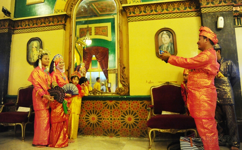 Wisata Istana Maimun Tawarkan Pengunjung Kenakan Pakaian Baju Adat Melayu Deli