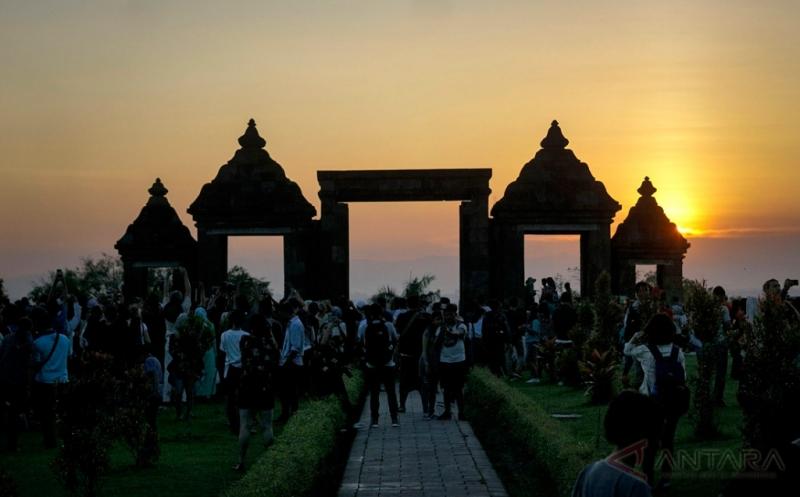 Ketika Wisatawan Abadikan Sunset di Situs Candi Ratu Boko