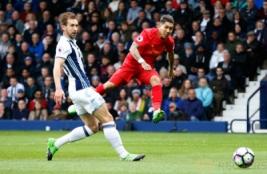 Pemain Liverpool Roberto Firminho saat melesatkan bola pada pertandingan West Bromwich Albion vs Liverpool di Stadion The Hawthorns, Inggris, Minggu (16/4/2017) malam. Reuters/ Andrew Yates