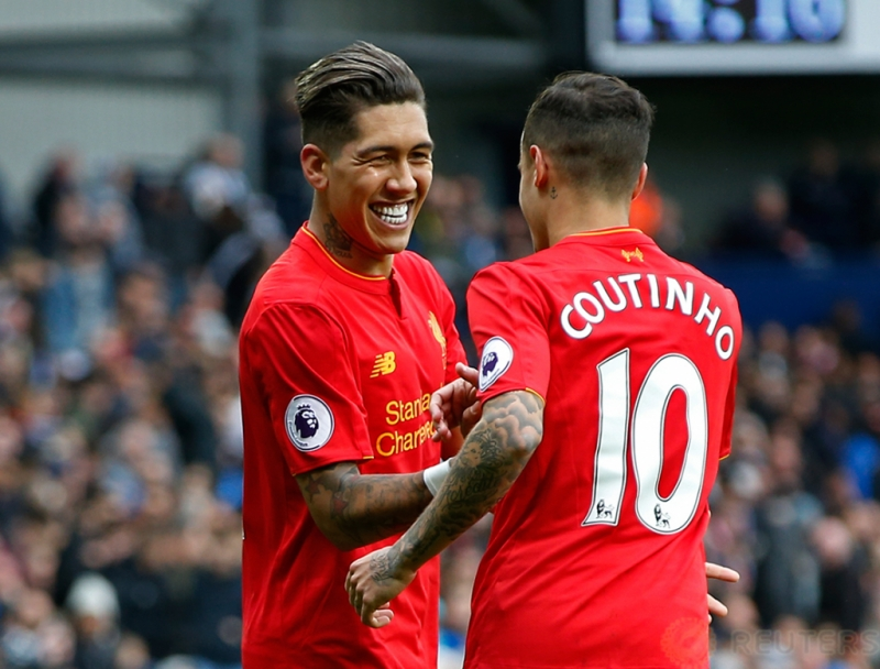 Pemain Liverpool Roberto Firminho selebrasi bersama Coutinho usai mencetak gol pertama untuk Liverpool pada pertandingan West Bromwich Albion vs Liverpool di Stadion The Hawthorns, Inggris, Minggu (16/4/2017) malam. Reuters/ Andrew Yates