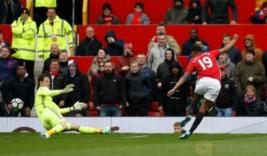 Pemain Manchester United Marcus Rashford saat mencetak gol pertama untuk MU di menit ke 7 pada pertandingan Manchester United vs Chelsea di Stadion Old Trafford Inggris, Minggu (16/4/2017) malam. Reuters/Phil Noble