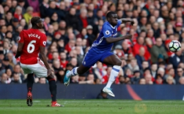 Aksi pemain Chelsea Kurt Zouma dengan pemain MU Paul Pogba pada pertandingan Manchester United vs Chelsea di Stadion Old Trafford Inggris, Minggu (16/4/2017) malam. Reuters/Phil Noble
