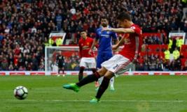 Pemain MU Ander Herrera saat mencetak gol kedua bagi MU di menit 49 pada pertandingan Manchester United vs Chelsea di Stadion Old Trafford Inggris, Minggu (16/4/2017) malam. Reuters/Carl Recine