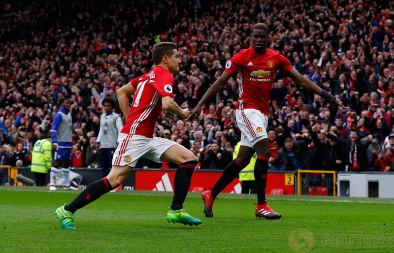 Pemain MU selebrasi deng Paul Pogba usai mencetak gol kedua bagi MU di menit 49 pada pertandingan Manchester United vs Chelsea di Stadion Old Trafford Inggris, Minggu (16/4/2017) malam. Reuters/Carl Recine