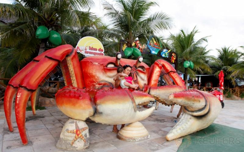 Patung Kepiting Raksasa Jadi Daya Tarik Pengunjung Restoran di Brasil