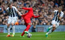 Pemain Liverpool Divock Origi (tengah) dikawal dua pemain West Bromwich Albion pada laga lanjutan liga Inggris di Stadion The Hawthorns. The Reds menang 1-0 atas West Bromwich Albion.