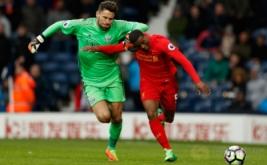 Penjaga gawang West Bromwich Albion Ben Foster (kiri) berebut bola dengan pemain Liverpool Georginio Wijnaldum (kanan) pada laga lanjutan liga Inggris di Stadion The Hawthorns. The Reds menang 1-0 atas West Bromwich Albion.