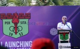 Bupati Tangerang Zaki Iskandar memberikan kata sambutan pada peluncuran kostum baru Persita Tangerang di Tangerang, Banten, Senin (17/4/2017). Persita Tangerang siap berlaga di Liga 2 Indonesia untuk musim kompetisi 2017-2018.