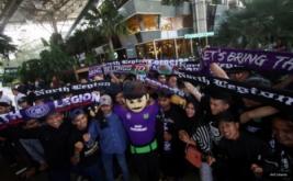 Maskot Persita Tangerang Mat Peci bersama para suporter hadir pada peluncuran kostum baru Persita Tangerang di Tangerang, Banten, Senin (17/4/2017). Persita Tangerang siap berlaga di Liga 2 Indonesia untuk musim kompetisi 2017-2018.