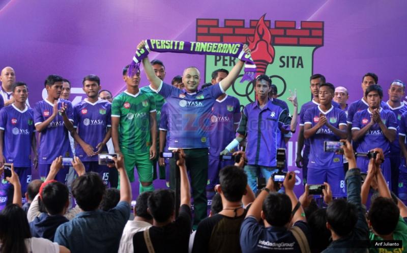 Bupati Tangerang Zaki Iskandar mengangkat syal pada peluncuran kostum baru Persita Tangerang di Tangerang, Banten, Senin (17/4/2017). Persita Tangerang siap berlaga di Liga 2 Indonesia untuk musim kompetisi 2017-2018.